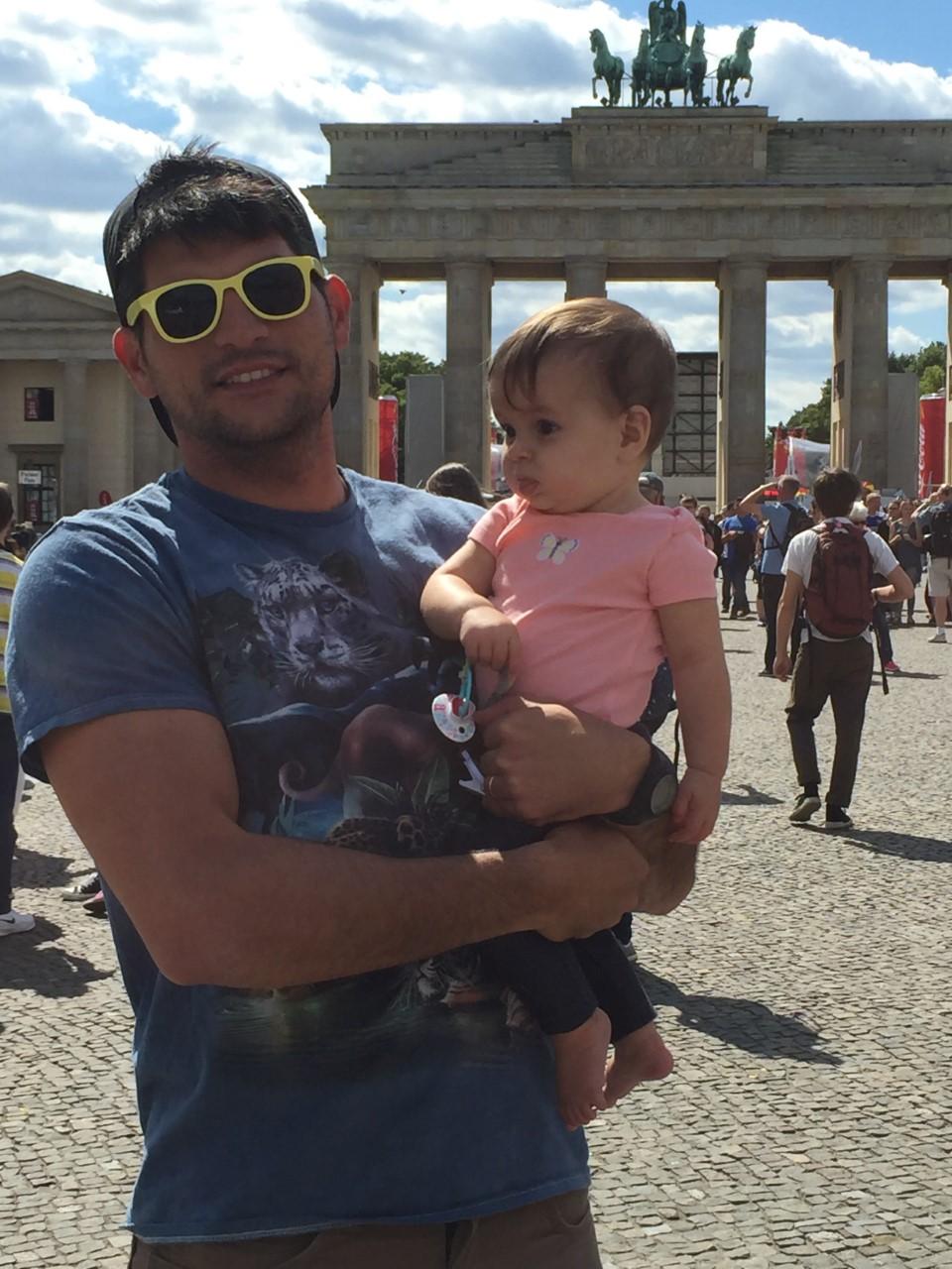 thumbnail_mike-and-annie_brandenburg-gate_berlin_2016.jpg